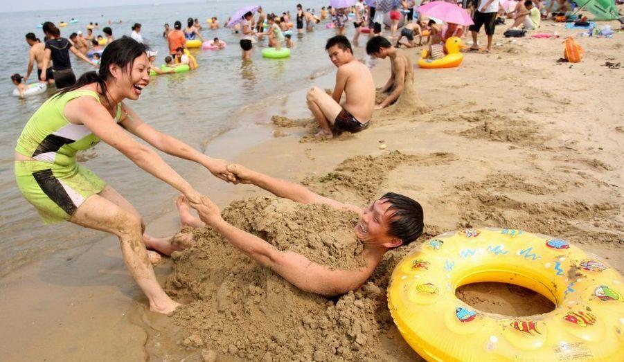 Cette femme profite du beau temps avec son mari, sur la plage de Yantai, dans la province de Shandong en Chine.