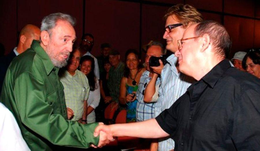 L'ancien dirigeant cubain Fidel Castro, sorti récemment d'un silence de quatre ans, est à nouveau apparu en public lundi lors des cérémonies marquant le 57e anniversaire du lancement de la révolution. La télévision cubaine a montré des images de Fidel Castro, 83 ans, participant à une morne cérémonie sur la place de la Révolution à La Havane. Il était ensuite présent pour une longue réunion avec des intellectuels et artistes cubains, durant laquelle il a répondu pendant plus d'une heure à des questions sur différents sujets.