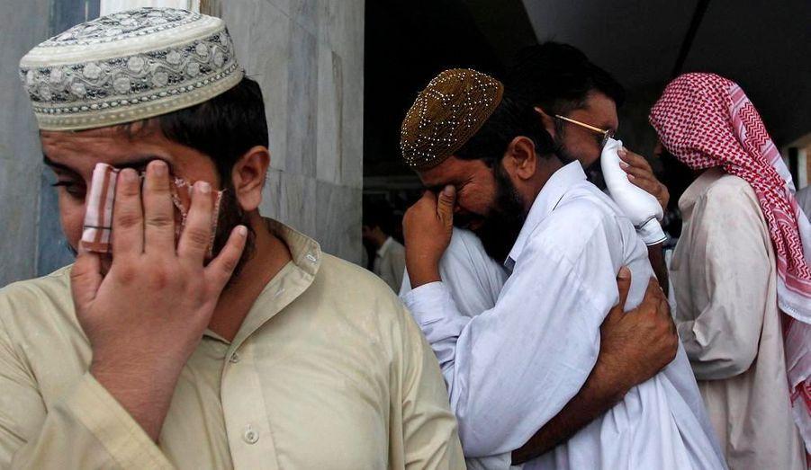 Des familles pakistanaises pleurent la perte de leurs proches, présents dans l'avion qui s'est écrasé mercredi.