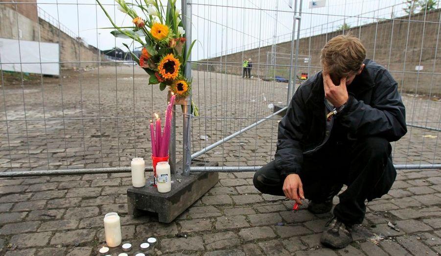 Un homme se recueille au pied du tunnel menant à l'ancienne gare marchandise de Duisbourg, en Allemagne. Samedi soir, dix-neuf personnes sont mortes piétinées et plus de trois cent autres blessées lors de la Love Parade.