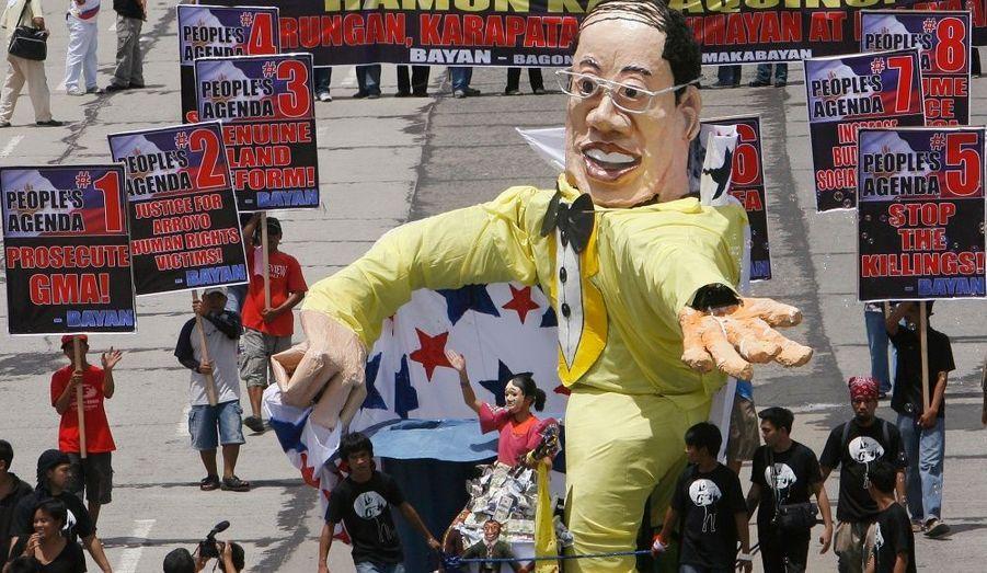 """Une réplique géante du Président de la République des Philippines, Benigno """"Noynoy"""" Aquino III, participe au défilé de contestataires marchant vers la Chambre des députés, à Quezon, aujourd'hui."""