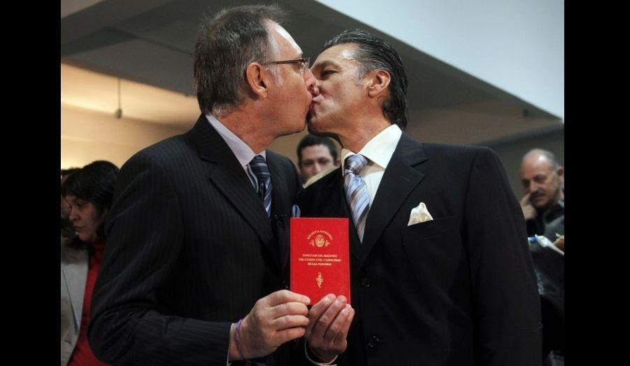 Les premiers mariages homosexuels en Argentine ont été célébrés vendredi alors que la nouvelle loi autorisant l'union légale entre personnes du même sexe entrait en vigueur, a appris l'agence Reuters. Ce texte, approuvé il y a deux semaines par le Sénat après un long débat, a été promulgué le 21 juillet par la présidente Cristina Fernandez. Dans ce pays, les homosexuels sont également autorisés à adopter des enfants.