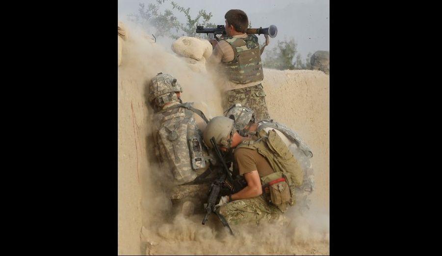 Un soldat de l'armée afghane tire une grenade sur des militants talibans dans la vallée d'Arghandab.