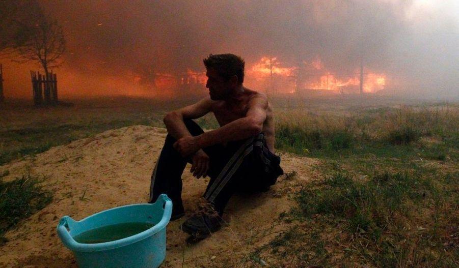 La sécheresse et la canicule exceptionnelle qui affectent depuis plusieurs semaines la Russie centrale ont provoqué des incendies de forêt qui ont fait cinq morts, a annoncé vendredi le ministère des Situations d'urgence. Dans la région de Voronezh, située à environ 500 km au sud de la capitale, les canadairs et les pompiers luttaient vendredi contre la propagation du feu. Une cinquantaine de maisons ont été détruites par les flammes dans la région de Moscou et 540 dans celle de Nijny Novgorod. Depuis juin, la zone européenne de la Russie et une partie de la Sibérie connaissent des températures et une pénurie de pluie tout à fait inhabituelles, avec des températures ayant approché les 40°, notamment à Moscou. Malgré tout, cet homme semble serein face à la fatalité.