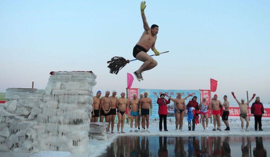 Plusieurs baigneurs sont réunis autour de la rivière Sonhua, à Harbin, en Chine, pour plonger dans cette eau glacée en cette fin d'année.