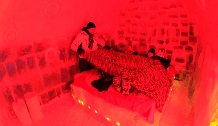 Des touristes se préparent à passer la nuit au Balea Lac Hotel, entièrement fait de blocs de glace, en Roumanie. L'hôtel comprend dix chambres avec lits king size, et la température oscille entre -2 et 2 degrés.