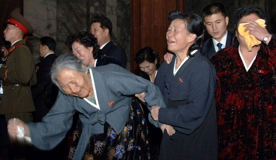 Les Nord-Coréens semblent encore bouleversés par la mort de Kim Jong-Il, le 17 décembre dernier, sur ces images diffusées par les médias locaux.