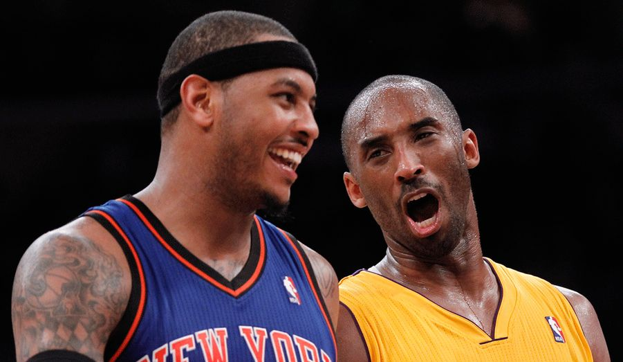 Carmelo Anthony et Kobe Bryant discutent lors du match New York Knicks-Los Angeles Lakers. Le duel de stars a tourné à l'avantage de Kobe Bryant qui, notamment grâce à ses 28 points, a permis aux Lakers de disposer de New York 99-82, Anthony inscrivant de son côté 27 points. C'est la deuxième victoire de rang pour Los Angeles qui avait entamé sa saison par deux défaites. A noter que l'Espagnol Pau Gasol s'est offert un double-double avec 16 points et 10 rebonds.