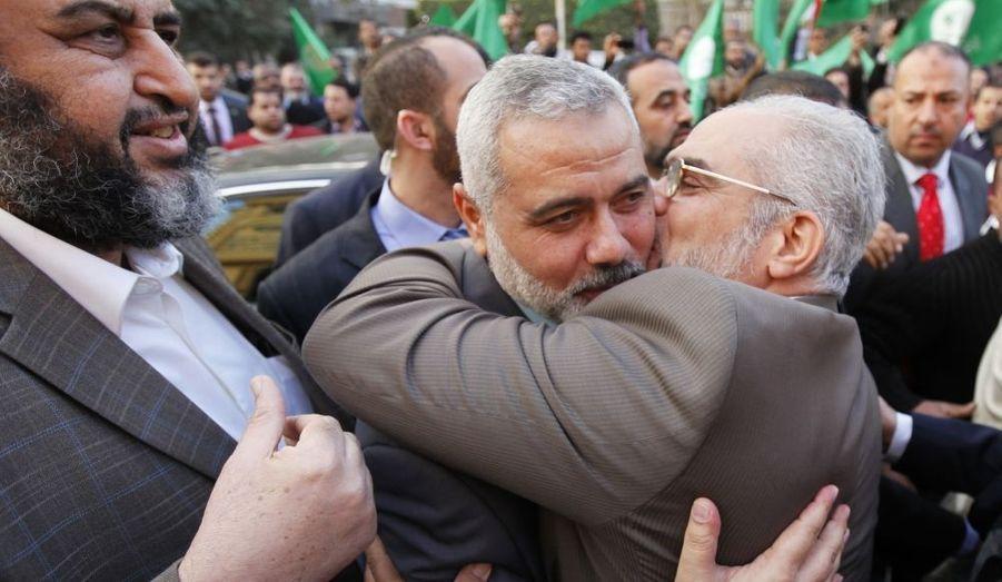Accueil chaleureux des politiciens du parti des Frères Musulmans pour le chef du Hamas, Ismail Haniye, lors de sa visite au Caire, en Égypte, lundi.
