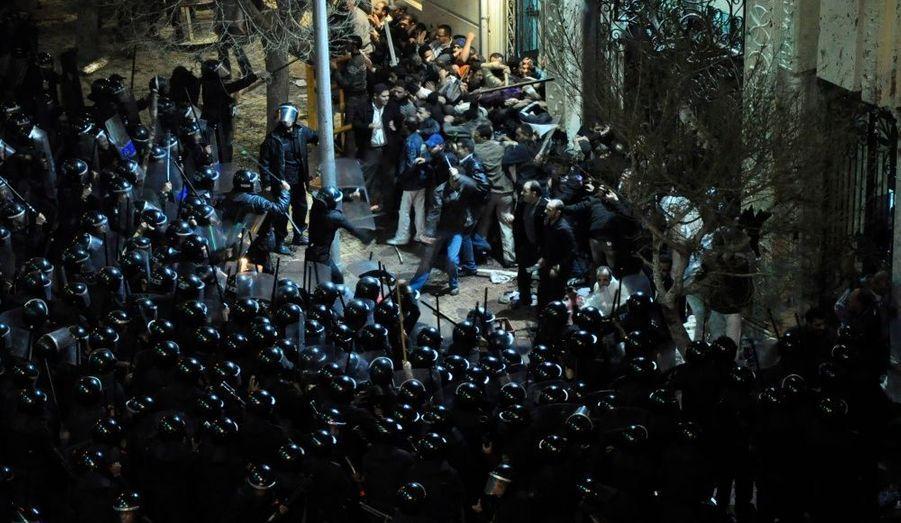 Policiers et Chrétiens s'affrontent devant l'Église copte, frappée dans la nuit par un attentat qui a fait au moins 21 morts, à Alexandrie, en Égypte.