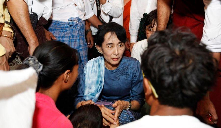 Aung San Suu Kyi, leader de l'opposition en Birmanie et prix Nobel de la paix, visite un camp de réfugiés à Yangon, plus grande ville du pays. Ils ont été victime de l'explosion d'un entrepôt stockant de la poudre à canon.