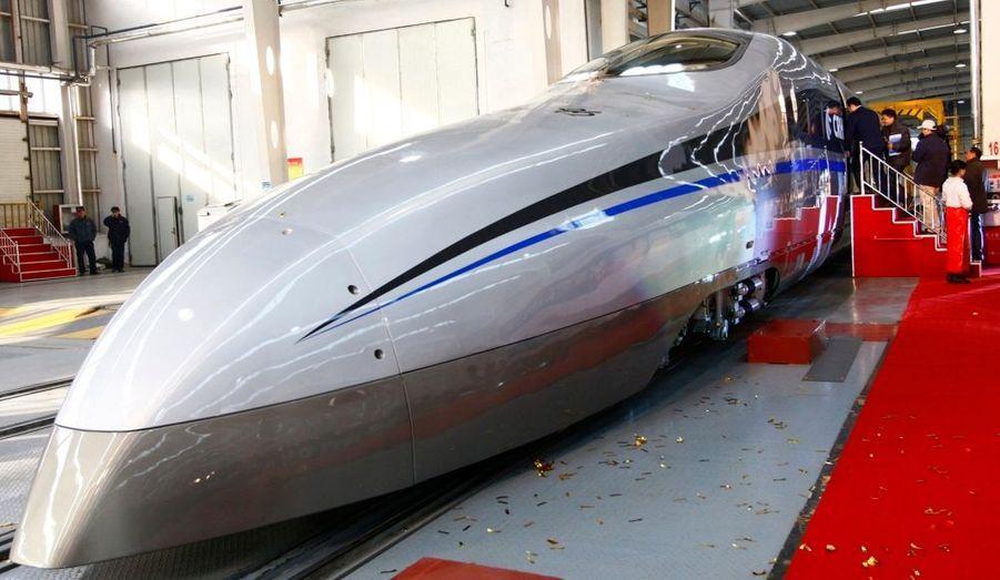 Le nouveau train à grande vitesse chinois a été lancé aujourd'hui à Qingdao, dans la province du Shandong. Selon la compagnie CSR, il peut voyager à 500 km/h. Une allure qui inquiète après le terrible accident en juillet dernier de deux trains à grande vitesse qui sont entrés en collision, faisant au moins 40 morts.