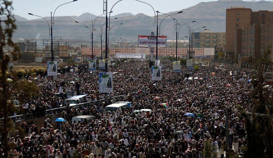 Au Yémen, les manifestations contre le président Ali Abdallah Saleh se poursuivent ce vendredi, jour de prière. L'homme fort de Sanaa a signé le mois dernier un accord de transfert de ses pouvoirs à son vice-président, Abd-Rabbu Mansour Hadi, jusqu'à une élection présidentielle anticipée fixée en février 2012, mais cela n'a pas suffi à calmer le peuple, convaincu que la période de transition n'en a que le nom.