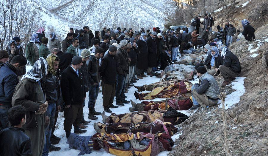 Trente-cinq personnes ont trouvé la mort lors du bombardement aérien du village d'Ortasu, au sud-est de la Turquie. Pour les militaires turcs, il s'agissait de militants kurdes venus d'Irak, une thèse contredite par les autorités locales, qui parlent d'une bavure.