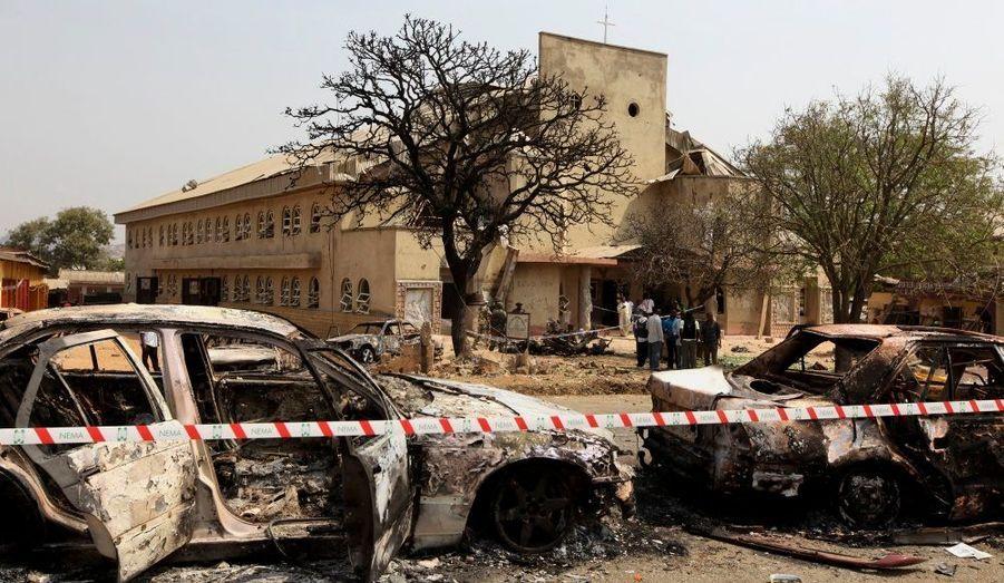 Une barrière délimite la scène où un attentat à la voiture piégée contre une église catholique à Madalla, au Nigeria, a fait 27 morts le jour de Noël.