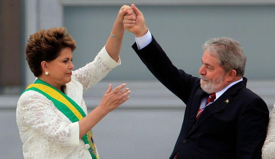 Passation de pouvoir historique: Lula quitte la présidence du Brésil après deux mandats et laisse la place à sa protégée, Dilma Rousseff. Elle est la première femme à devenir chef de l'État.