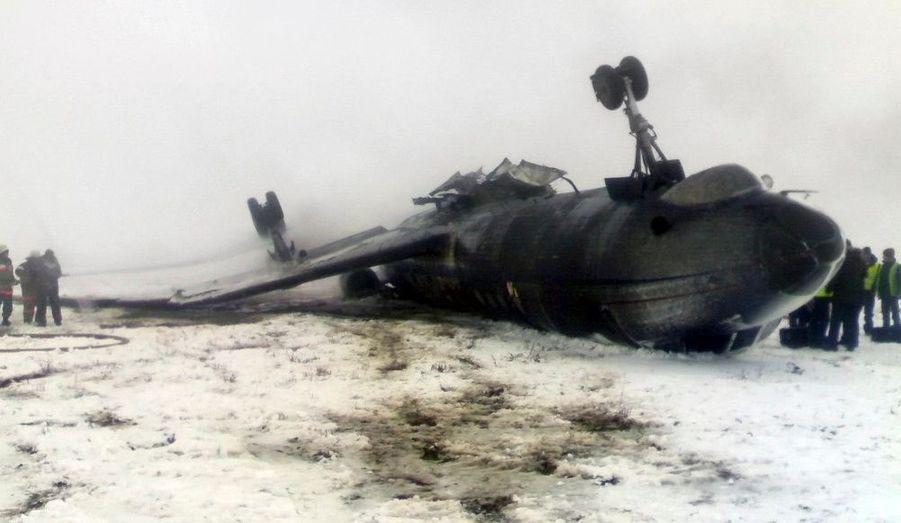Un Tupolev Tu-134 gît sur une des pistes de l'aéroport d'Osh, au Kirghizistan, après un crash à l'atterrissage.