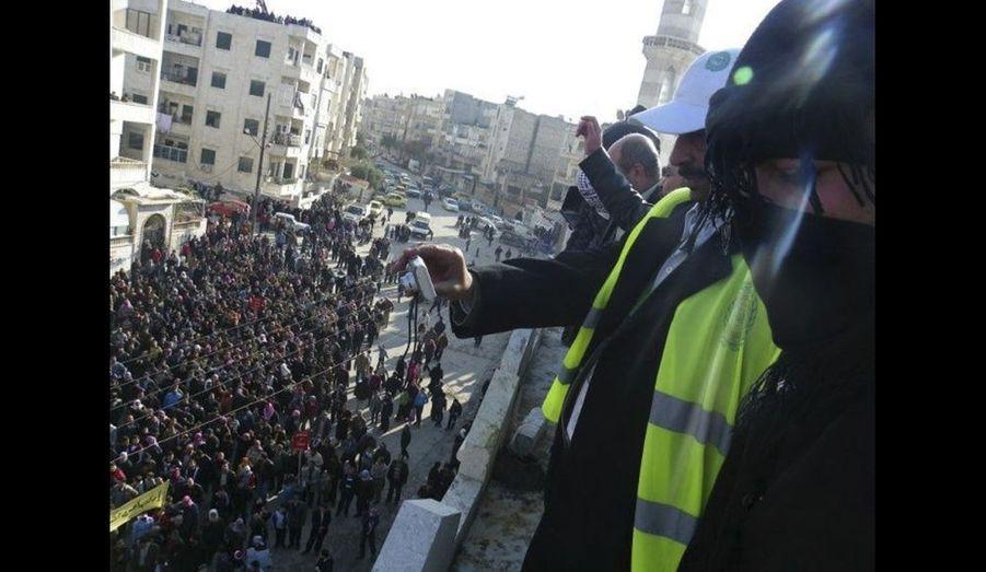 Lesobservateurs de la Ligue arabe prennent des photos d'une manifestation contre le pouvoir dans les rues de Adlb, en Syrie. Leur présence n'a pas freiné les forces de sécurité de Bachar el-Assad qui ont tué au moins 12 manifestants selon l'opposition. Cinq membres des forces de sécurité ont également été tués dans une fusillade dans la ville de Homs, selon l'Observatoire droits de l'Homme.