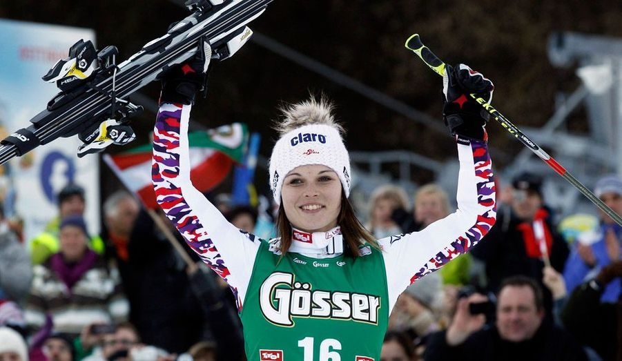 Tessa Worley a signé ce mercredi à Lienz son premier podium de la saison en géant, terminant troisième d'une course remportée par l'Autrichienne Andrea Fenninger, le premier succès en Coupe du monde pour cette dernière, qui s'était jusqu'ici surtout illustrée en Super-G et en descente. L'Italienne Federica Brignone prend la deuxième place, à 20 centièmes, tandis que l'Allemande Viktoria Rebensburg, qui avait signé le meilleur temps de la première manche, se classe quatrième, à cause d'une faute dans le mur final qui lui a coûté la victoire. Au classement de la Coupe du monde de géant, cette dernière reste en tête devant Andrea Fenninger.