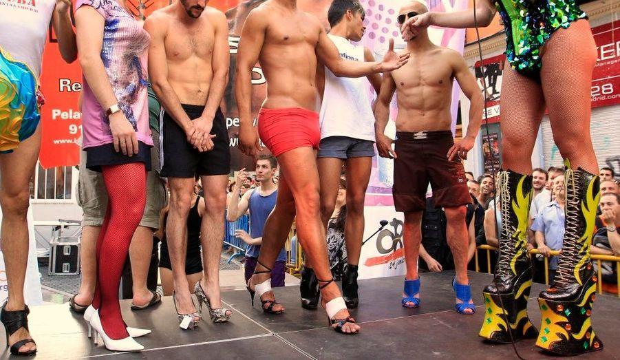 Des hommes, chaussés de talons, attendent le départ de la course annuelle lors des célébrations EuroPride, dans le quartier de Chueca à Madrid. Le vainqueur de la course reçoit 1 000 euros. L'EuroPride, qui se tient à Varsovie cette année, est un rassemblement qui réunit les homosexuels, les lesbiennes et les bisexuels et propose différents événements culturels et sociaux.