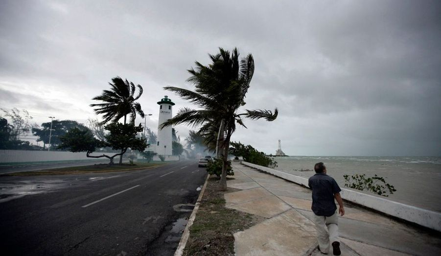 La tempête tropicale Alex qui souffle dans le golfe du Mexique s'est renforcée et a été classée dans la catégorie des ouragans mardi par le Centre national américain des ouragans (NHC). Il s'agit du premier ouragan de la saison en Atlantique. Les vents, qui atteignent désormais 120 kmh, devraient atteindre mercredi soir ou jeudi matin le continent, près de la frontière entre le Mexique et le Texas.