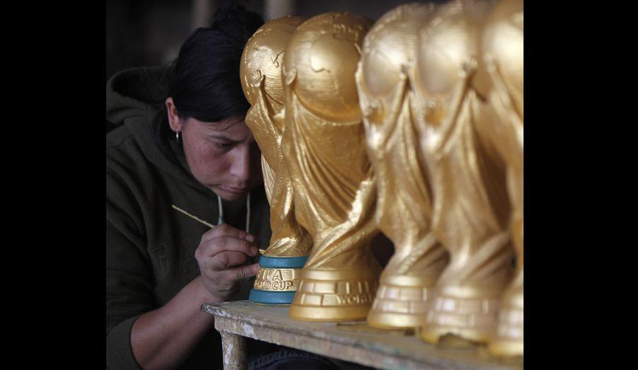 A neuf jours de la finale, des artisans colombiens s'activent à reproduire le trophée de la coupe du monde de football. Un travail lucratif dans la province de Raquira, puisque chaque pièce est vendue 12 dollars.