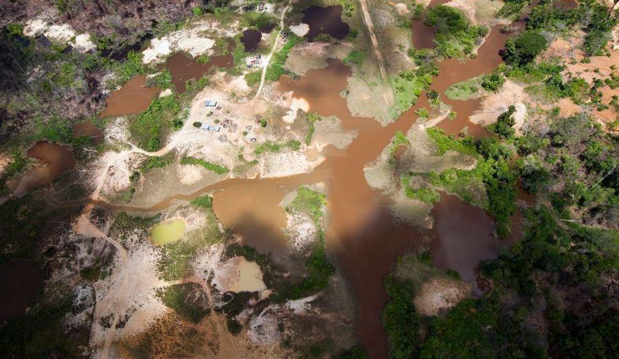 Une vue aérienne des dégâts environnementaux causés par les exploitations minières illégales dans le Parc national Canaima au sud de l'État de Bolivar. En 1994, l'UNESCO a déclaré cette jungle Patrimoine de l'Humanité. Pourtant son écosystème est fragile en raison des zones exploitées par des mineurs tentés par les prix élevés de l'or.