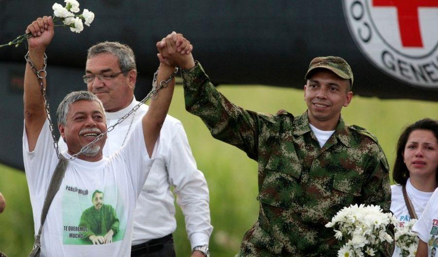 Les guérilleros des Forces armées révolutionnaires de Colombie (Farc) ont libéré mardi un otage qu'il détenaient depuis plus de douze ans. Pablo Emilio Moncayo, un militaire enlevé en 1997, a été accueilli son père, qui enfin pu enlever les chaînes qu'il portait en signe de soutien à son fils, pour lequel il n'a cessé de se battre. Ces libérations interviennent à quelques semaines de l'élection présidentielle qui doit désigner en mai un successeur au président Alvaro Uribe. Après la libération de Moncayo, les Farc détiennent toujours 22 soldats et policiers.