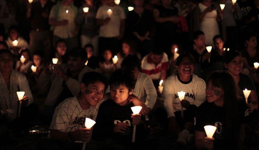 A Antigua, au Guatemala, les habitants s'éclairent à la bougie pendant la coupure de la Earth Hour.