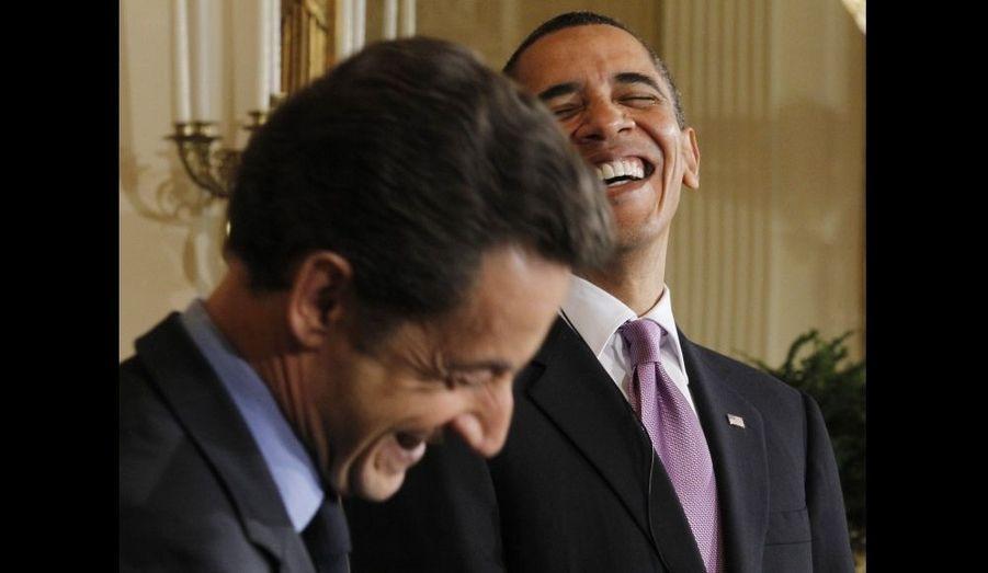 Nicolas Sarkozy, en visite de 48h aux Etats-Unis avec sa femme, a rencontré son homologue américain hier, avec qui il a ensuite dîner à la Maison blanche en compagnie de leur épouse respective. Les deux dirigeants, que l'on disait en froid depuis un certain temps, ont rivalisé de compliments et affiché leur bonne entente comme en démontre cette photo.
