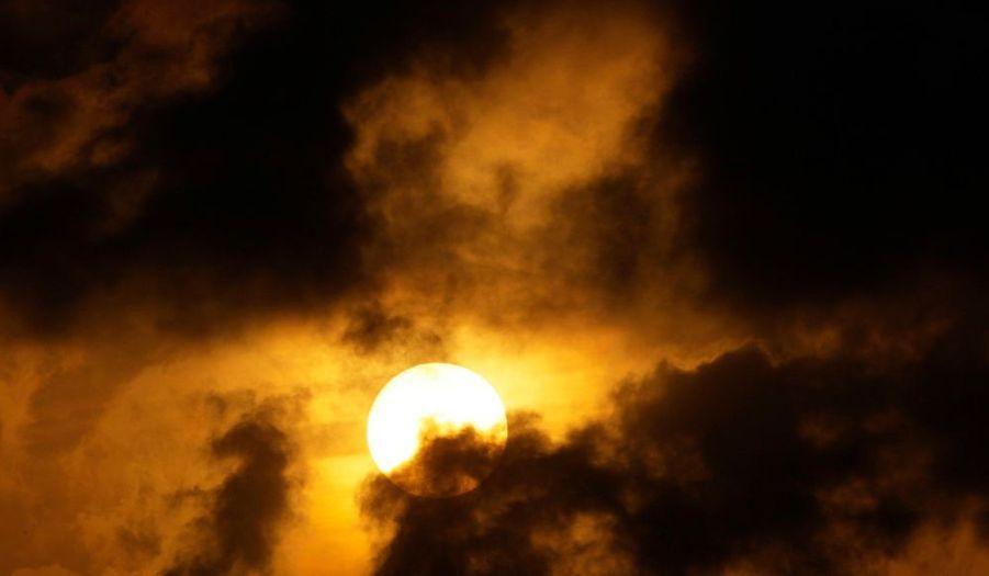 Le soleil se couche sur La Havane à Cuba et donne au ciel cet aspect noir et or.
