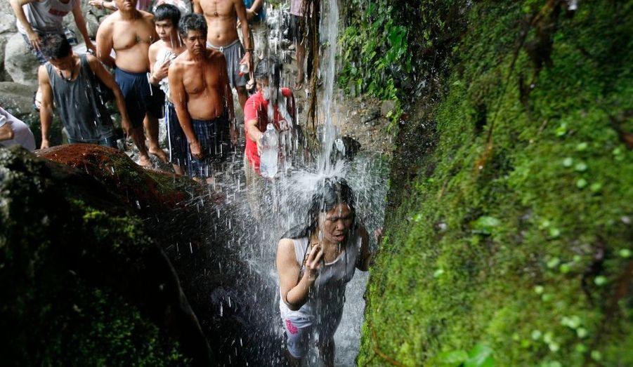 Les croyants commencent à fêter Pâques aux Philippines. De nombreux pèlerins, parmi lesquels des adeptes de sectes chrétiennes et des mystiques viennent arpenter le mont Banahaw de l'île de Luçon, considérée comme sacrée par beaucoup de Philippins.