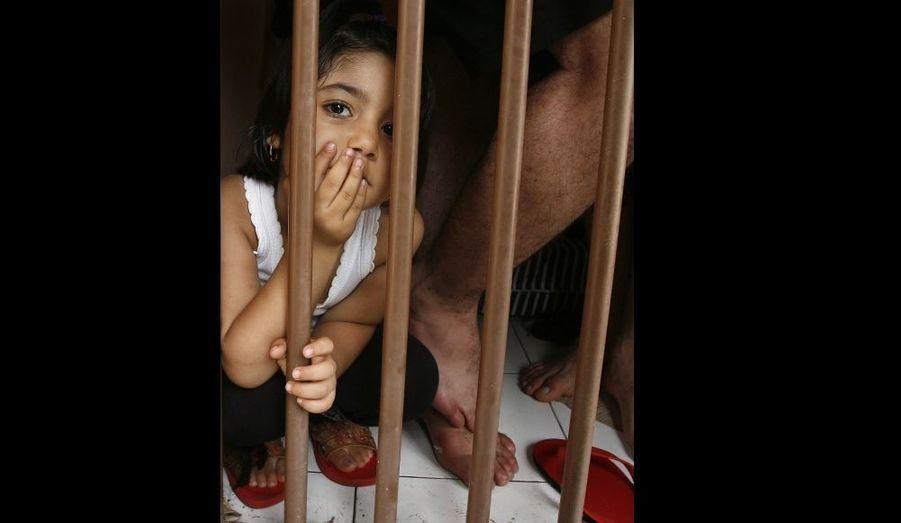 Une petite immigrée clandestine attend, dans un centre de rétention de l'Est de Java. La police a arrêté 47 immigrants iraniens dans les eaux de Pacitan, lundi, alors qu'ils essayaient de se rendre en Australie.