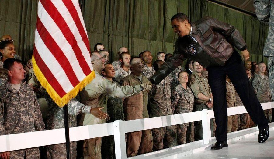 Pour la première fois depuis son élection à la tête des Etats-Unis, Barack Obama s'est rendu quelques heures en Afghanistan au cours d'une visite éclair. Il a tout de même eu le temps de s'entrenir avec Hamid Karzaï et de rendre visite à quelques soldats.