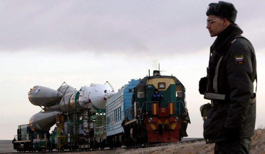 Soyouz TMA-18 est en route vers le pas de tir du Cosmodrome de Baïkonour au Kazakhstan. Le lancement de cette nouvelle mission du vaisseau russe, avec à son bord l'astronaute américain Tracy Caldwell Dyson et les cosmonautes Alexander Skvortsov et Mikhail Kornienko, devrait s'envoler vers la Station Spatiale Internationale le 2 avril prochain.