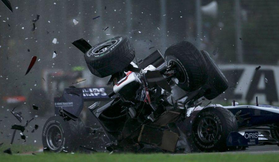 Le pilote japonais de l'écurie Sauber Kamui Kobayashi s'est offert une sortie de route spectaculaire lors du Grand Prix de Formule 1 de Melbourne remporté par l'actuel champion du monde Jenson Button.