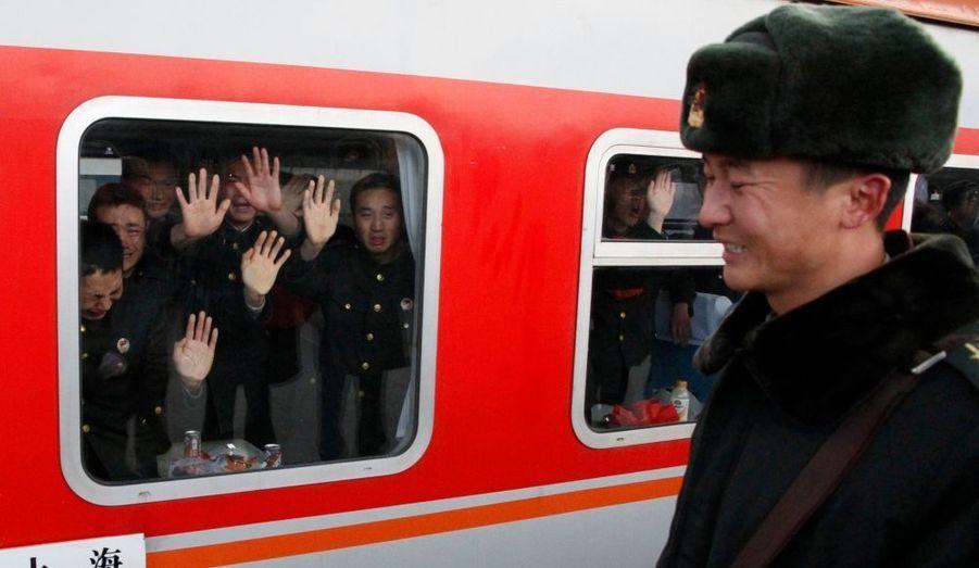 Des policiers militaires prenant leur retraite font des adieux pleins de larmes à leur camarades à Dandong, dans la province de Liaoning, en Chine.