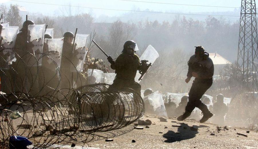Des soldats de la KFOR, la force d'interposition de l'ONU au Kosovo, sont contraints de se défendre après une manifestation des Serbes du Kosovo, à Jagnjenica.