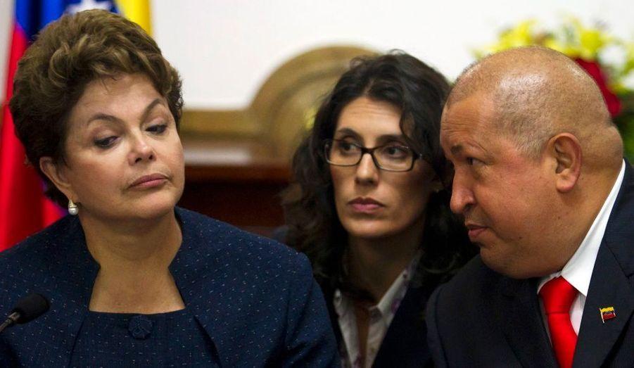 Hugo Chavez et son homologue brésilien, Dilma Rousseff, lors d'une cérémonie au palais de Miraflores, à Caracas. Le président vénézuélien a indiqué qu'il se rendrait en Argentine aux cérémonies de prise de pouvoir de la présidente Cristina Kircher en décembre, ce qui devrait constituer son premier voyage officiel depuis l'annonce de son cancer en juin dernier.