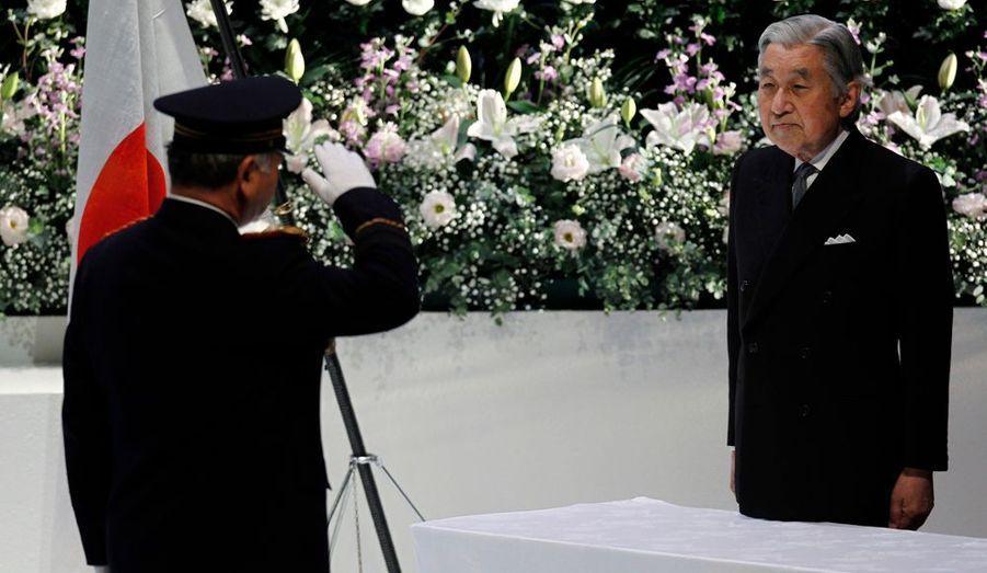L'empereur du Japon Akihito assistait lundi, à Tokyo, à une cérémonie pour honorer la mémoire des pompiers qui sont morts le 11 mars dernier lors du tremblement de terre. C'est la première apparition publique de l'empereur depuis son hospitalisation début novembre pour des symptômes grippaux.