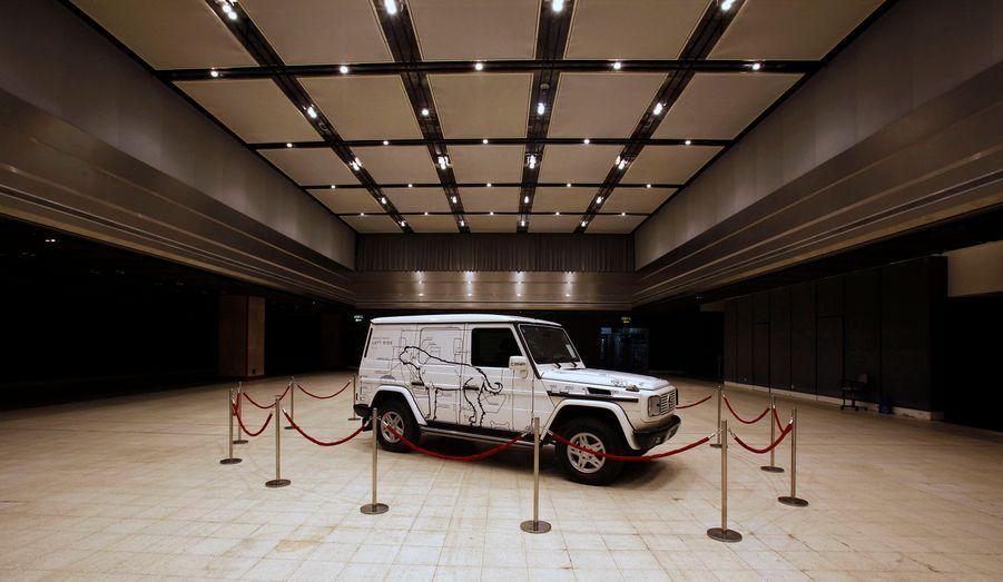 Cette oeuvre du dissident chinois Ai Weiwei devrait être vendue entre 200 000 et 300 000 dollars lors d'une vente aux enchères mardi. «The Dog Mobile: A car for Francis Bacon by Ai Weiwei» est un 4x4 Mercedes Classe G orné de dessins réalisés par l'artiste.