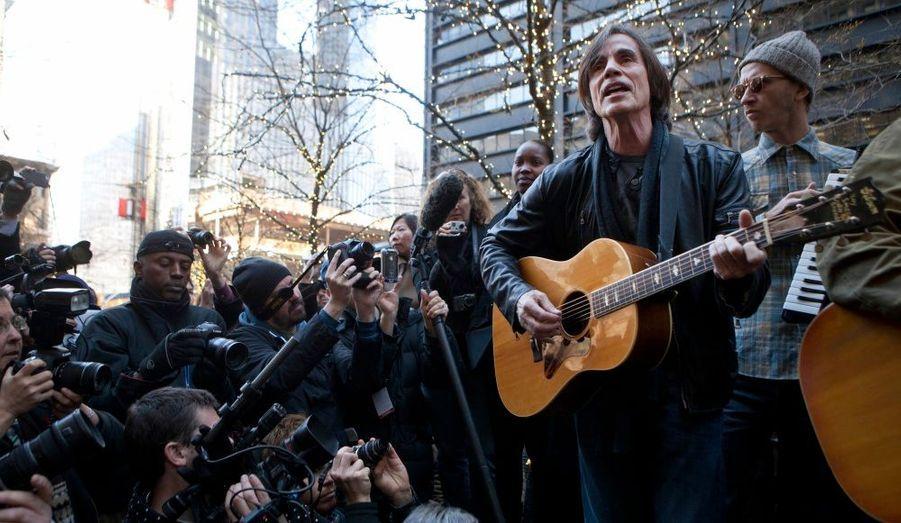 Le musicien Jackson Browne s'est produit devant les Indignés du mouvement Occupy Wall Street, à New York.