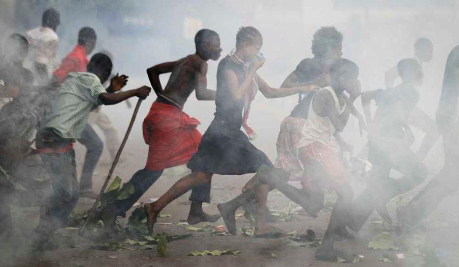 Des milliers de militants de l'Union pour la démocratie et le progrès social (UDPS) sont rassemblés à l'aéroport de N'Djili, à Kinshasa, où la police congolaise a bloqué le principal rival du président Joseph Kabila, Etienne Tshisekedi. Alors que les bureaux de vote s'ouvrent ce lundi pour les élections présidentielles et parlementaires, des affrontements ont fait au moins deux morts dans la capitale de cet Etat centrafricain ce week-end.