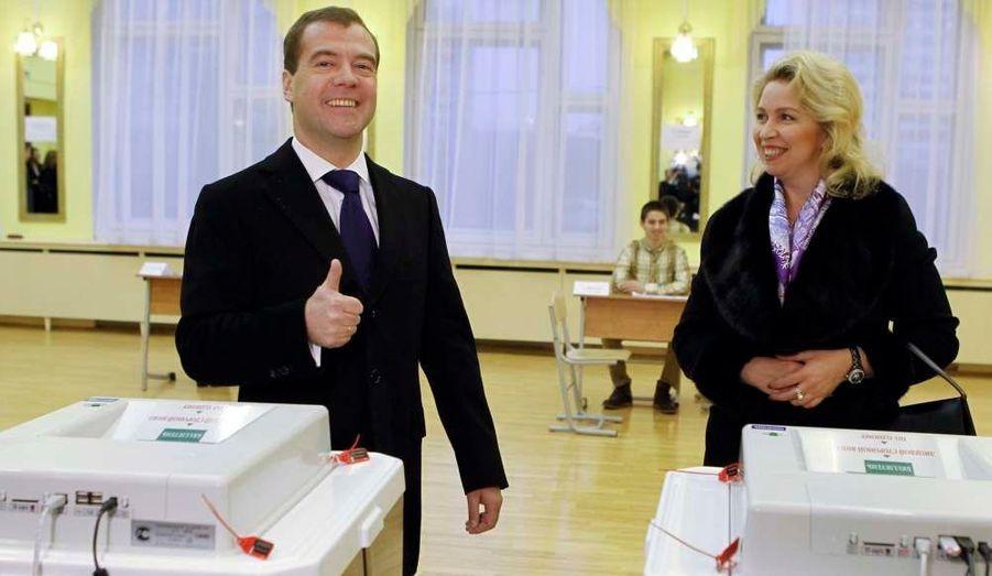 Le président Dmitri Medvedev et son épouse votent comme des millions de Russes. Dimanche, la Russie élit les membres de son parlement à l'occasion d'élections législatives considérées comme un test de popularité pour Vladimir Poutine avant son retour programmé au Kremlin l'an prochain. Son parti Russie Unie est donné largement favorite de ce scrutin mais pourrait perdre sa majorité des deux tiers.