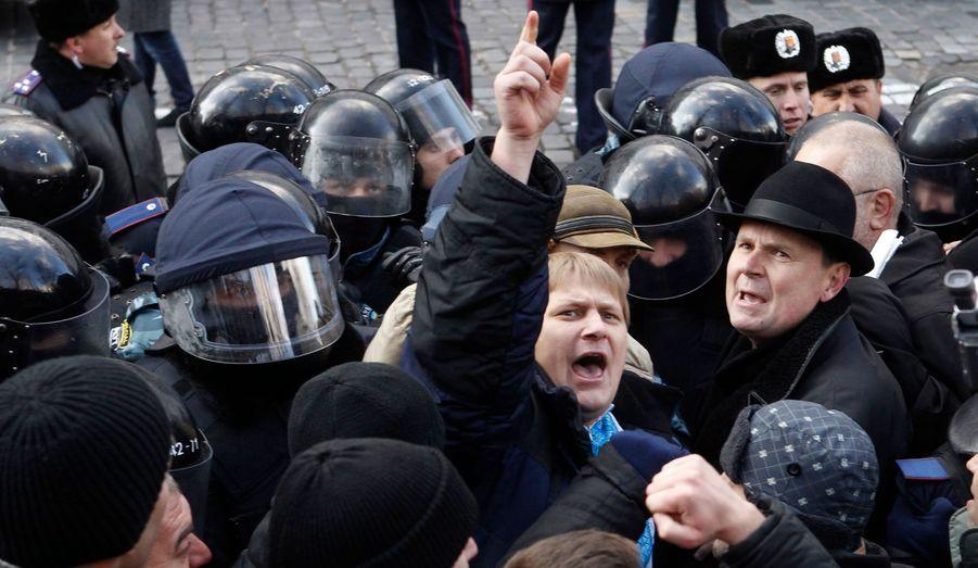 L'opposition manifeste à Kiev, en Ukraine, pour dénoncer les réductions imposées sur les prestations sociales. Parmi la foule, de nombreux «liquidateurs» de Tchernobyl, qui avaient contribué à bâtir au péril de leur santé le sarcophage de béton qui a empêché, tant bien que mal, les fuites radioactives.