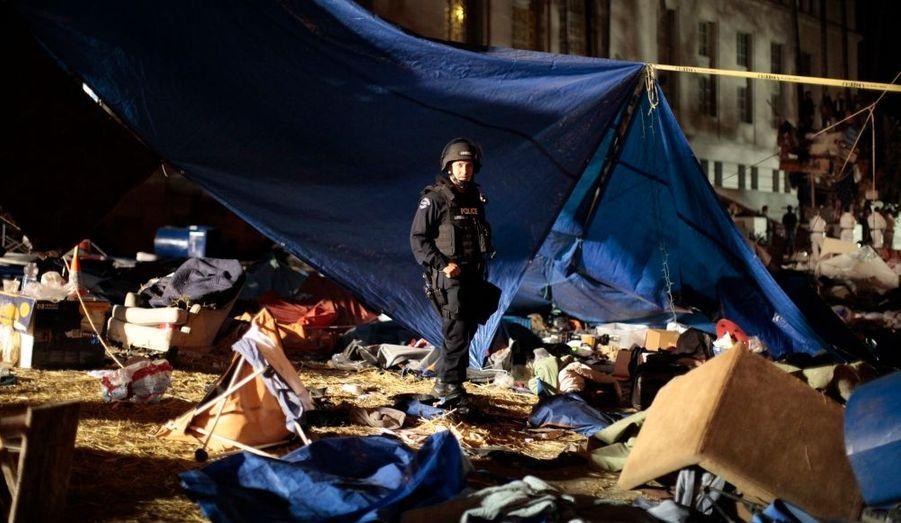 Un policier de Los Angeles au milieu des débris, après le démantèlement d'un camp du mouvement Occupy LA - cousin de la côte ouest du mouvement Occupy Wall Street - qui était situé devant la mairie de la cité des Anges.