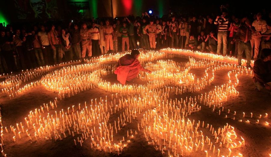Une femme allume une des 40 000 bougies, installées à l'Académie de Shilpakala, devant une foule réunie pour une cérémonie commémorant le 40e anniversaire de la fin de la guerre d'indépendance du Bangladesh contre le Pakistan.
