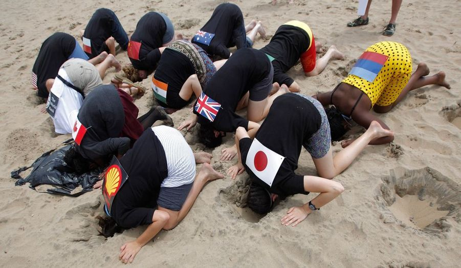 Des militants singent les politiques environnementales des grandes puissances mondiales, avant le sommet de Durban, en Afrique du Sud.