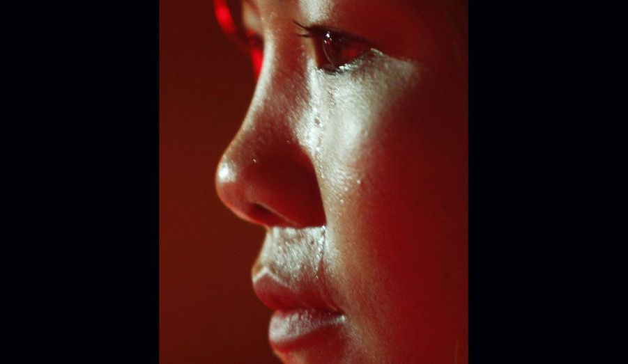 Une ancienne travailleuse du sexe en sanglots dimanche lors d'une campagne de sensibilisation au VIH / sida à Hanoi, au Vietnam. Selon les dernières données communiquées par le gouvernement vietnamien, plus de 200 000 personnes sont déclarées séropositive, en 2010. Au moins 50 000 sont morts.