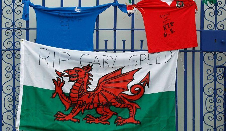 Le sélectionneur du Pays de Galles, Gary Speed, est décédé ce dimanche à l'âge de 42 ans. En poste depuis février dernier, le milieu de terrain, qui a notamment fait le bonheur de Leeds, Everton et Newcastle, a été retrouvé pendu à son domicile de Chester au petit matin. La thèse du suicide est retenue par les policiers pour justifier cette tragique nouvelle.